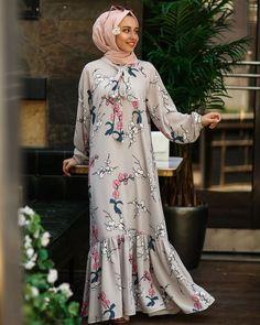 Image may contain: one or more people and people standing Abaya Fashion, Fashion Dresses, Muslim Dress, The Dress, Frocks, Abaya Style, Hijab Styles, Kebaya, Ramadan