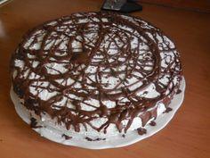 Krémový dort, vhodný na různé oslavy. Mascarpone nádivka je jemná a lahodná. Uvnitř překvapení ve formě rozpuštěné oříškové čokolády. Mňamka!