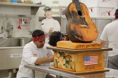 Buddy and Ralph working on Willie Nelson's birthday cake on the season premiere of Cake Boss! Cake Boss Buddy, Buddy Valastro, Cake Boss Wedding, Wedding Cakes, Willie Nelson Birthday, Bolos Cake Boss, Carlos Bakery, 80 Birthday Cake, Music Cakes