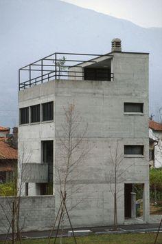 Luigi Snozzi, Casa Guidotti, Monte Carasso, 1977-80  photography; Wojciech Kaczura Concrete Architecture, Contemporary Architecture, Architecture Design, Luigi Snozzi, Le Corbusier, Postmodernism, Brutalist, Modern Classic, Bauhaus