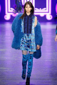 Модель в синей шубе Anna Sui - тенденции зима 2017