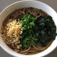 土曜日の私のランチは、蕎麦。たまにはヘルシーなものを。ラーメンも良いが、毎日食べるものではない。蕎麦なら毎日でも、飽きません。わかめわネギ、天かすだけのトッピングです。 My lunch today is soba, buckwheat noodle. I can eat this everyday. It is not heavy like ramen. Buckwheat can reduce blood pressure. Wakame seaweed is good for hair. Green onion is good for flu. Be healthy! #sobanoodles #soba #noodle#japanesefood #japaneserestaurant #atlanta #healthyfood #tastyfood #deliciousfood #蕎麦 #麺類 #ネギ #わかめ #血圧 #hairgrowth #bloodpressure  Yummery - best recipes. Follow Us! #tastyfood