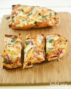 BBQ Chicken French Bread Pizza - Do you need a quick meal? This BBQ Chicken French Bread Pizza is quick and delicious and you can customize it to however your family likes it! #lmldfood