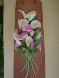 Tegola con fiori in pasta di mais Cold Porcelain Flowers, Ceramic Flowers, Clay Flowers, Polymer Clay Art, Resin Art, Hobbies And Crafts, Arts And Crafts, Oil Pastel Paintings, Clay Paint