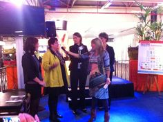 Oprichter van Moneypenny, Marianne Sturman, geeft het woord aan genomineerde voor de VA 2013 award Ineke Swart-den Boer.