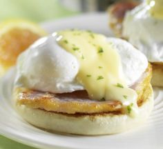Weight Watchers - Hollandaise Sauce A lighter and healthier hollandaise sauce, this creamy concoction will blow your mind. Delicious and buttery, this low calorie hollandaise sauce is mind blowing. Plats Weight Watchers, Weight Watchers Meals, No Calorie Foods, Low Calorie Recipes, Blender Hollandaise, Ww Recipes, Cooking Recipes, Recipies, Breakfast
