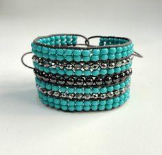 Bracelete confeccionado com miçangas *Preciosa*, esferas de metal grafite,fio encerado e cristais tchecos. <br>Ajustável em pulsos de 16 a 18 cm