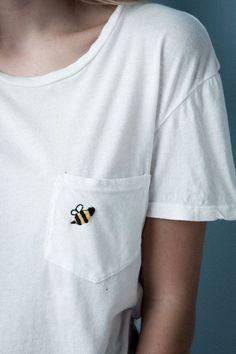 White t-shirt with bumble bee application - Lea. - Yeni Dizi - White t-shirt with bumble bee application – Lea. Look Fashion, Diy Fashion, Blusas T Shirts, Diy Kleidung, Diy Vetement, Shirt Embroidery, Embroidery Patches, Embroidery Fashion, Crewel Embroidery