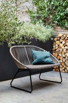 It doesn't matter what the size of your outdoor space is - from a small patio to a window box - there are lots of clever styling tricks to make your small garden feel spacious, so you can make the most of it all year long. Small Outdoor Spaces, Small Patio, Patio Makeover, Small Gardens, Backyard, Outdoor Decor, Outdoor Living, Outdoor Lounge, Interior Stylist