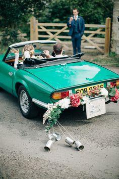 #hochzeitsatuo Hochzeitsauto grün - Eine elegante Vintage Hochzeit | Hochzeitsblog - The Little Wedding Corner