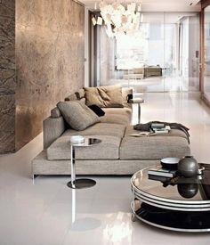 Pavimenti in resina contrastati e sormontati da una gigantesca parete in marmo che la fa da protagonista.Colore neutro per l'arredo.. Elegante!