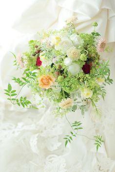 夏の 一会風ナチュラルブーケ 学士会館様へ  緑、白、明るい光にひそむボルドーの画像:一会 ウエディングの花