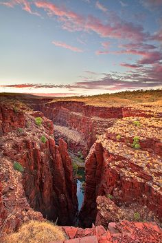 Sunrise at Oxer Lookout in Karijini National Park, Australia (by Will Ophuis Photos).