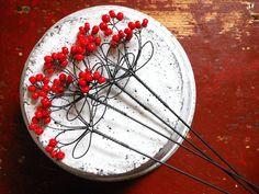 Všedobr - zápich /červený/ Zápich je vyrobenze žíhaného drátu, který je dozdoben skleněnými korálky.Velikost celého květenství je cca 11x7cm, délka celého zápichujecca37cm. Zápich můžete použít nejen do květináčů, ale i do suchých vazeb.Cena za kus. Drát je ošetřen proti korozi, ve velmi vlhkém prostředí může chytit patinu rzi.