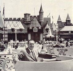 Walt+in+teacup,+Holiday+Magazine,+1957+from+goldcountrygirls.jpg (400×387)