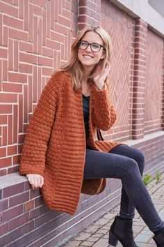 Crochet Patterns Chunky Free tutorial: Short coat from Schachenmayr Cordelo – This fashionable short-sleeved … Diy Crochet And Knitting, Chunky Knitting Patterns, Crochet Patterns, Oversized Knit Cardigan, Cable Knit Jumper, Crochet Pullover Pattern, Cardigan Outfits, Coat Patterns, Jacket Pattern