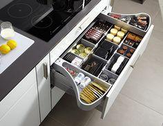 Les deux casiers OrgaWing constituent un espace de rangement pour les petits objets, qui se perdent souvent dans les grands tiroirs.