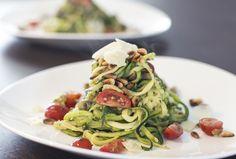 Deze courgette pasta is een gezond alternatief voor normale pasta soorten. En misschien nog wel lekkerder ;)
