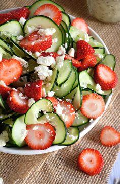 Una ensalada refrescante y crujiente con pepinos Spiralized, jugosas fresas y ensalada de queso feta todo coronado con un vestidor poppyseed afrutado!