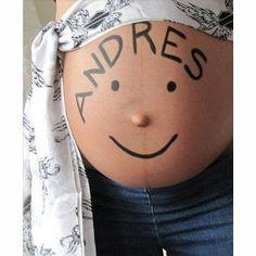 Panza de embarazada con el nombre de su bebé