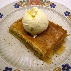 Eine lockere Grießbrei-Creme in Filloteig gehüllt wird im Ofen gebacken und mit Sirup getränkt. Diese Torte wird in Griechenland als Nachspeise servie...