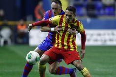 El defensa brasileño del FC Barcelona, Adriano Correia , lucha el balón con Jordi Xumetra
