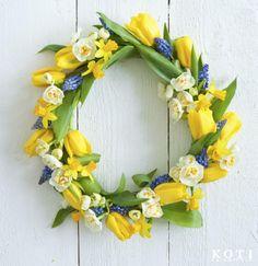 """""""Iloisen väriset sipulikukat ovat minulle ensimmäinen merkki kevään saapumisesta. Juhlat voi aloittaa jo ovelta ja ripustaa kukkakranssin toivottamaan vieraat tervetulleiksi."""" Sisustustoimittaja Tea Honkasalo   kuva Fabian Björk"""