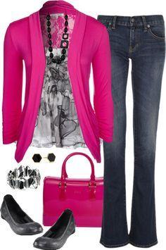 Blue jean, blusa blanco y negro, saco largo fucsia, zapatos negros,cartera fucsia