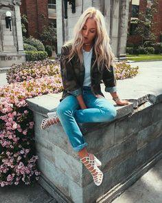 Street style look sandália branca, camiseta, parka camuflada e jeans.