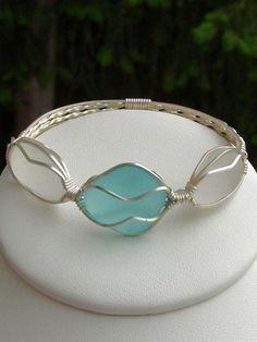 Sea glass bracelet www.artisanseagla … – Okay – es ist ein Armband statt … – Sea glass bracelet www.artisanseagla … – Okay – it& a bracelet instead … – - Wire Wrapped Jewelry, Wire Jewelry, Jewelry Crafts, Jewelry Art, Jewelry Design, Jewelry Ideas, Wire Earrings, Gold Jewellery, Jewelry Trends
