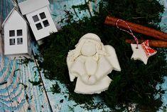 Został już niespełna miesiąc do momentu gdy wspólnie zasiądziemy do wigilijnego stołu, poszukamy prezentów pod choinką i po raz kolejny obejrzymy Kevina. To znak, że czas rozpocząć przygotowania. Przed nami nie tylko sprzątanie i szykowanie menu, ale również nasza ulubiona czynność – wykonywanie ozdób choinkowych!Mam nadzieję, że tak jak ja, nie mogłaś się doczekać tego … Snowman, Christmas Ornaments, Holiday Decor, Outdoor Decor, Diy, Home Decor, Decoration Home, Bricolage, Room Decor