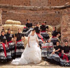 Hola Chicas, ya se que puede sonar un poco diferente, mi novio es charro y como tal queremos que nuestra boda sea mas tradicional, su vestimenta sera traje de charro, en la misa nos gustaria un buen mariachi, y una cosa es imaginar lo eua nos