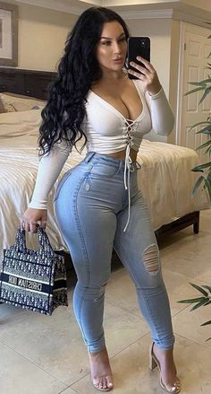 Womens Ripped Jeans, Sexy Jeans, Curvy Girl Outfits, Curvy Women Fashion, Jean Sexy, Pernas Sexy, Femmes Les Plus Sexy, Gorgeous Women, Sexy Women