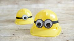 Whether for a Minion-themed birthday party or for Halloween, these DIY hats are sure to be a definite hit! Kids can decorate their construction hats to match their favorite Minion with this DIY birthday party idea. Minion Party Favors, Diy Party Hats, Despicable Me Party, Diy Party Decorations, Craft Party, Minion Movie, Silly Hats, Crazy Hats, Minion Pumpkin