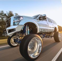 I absolutely prefer this finish color for this car Ford Pickup Trucks, Lifted Ford Trucks, Chevy Trucks, Ford Excursion Diesel, 2005 Ford Excursion, Trucks And Girls, Big Trucks, Powerstroke Diesel, Suv Cars