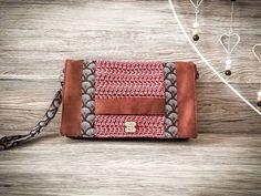 Crochet In Love By Marta 🌺 sur Instagram: ~ Modèle Cachotin ~ . On fini cette semaine tout en douceur avec cette pochette à main en suédine couleur marron chaud et vieux rose pour…