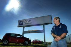 Fackbasen Pat Sweeney visar de små modellerna av Chevrolet och Buick som GM:s fabrik i Orion Township, Detroit tillverkar.