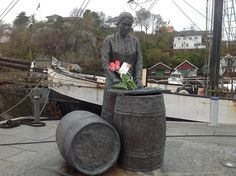 Austevoll Fiskarlag salute all of adding a symbolic flower bouquet in the hands of the statue of Herring Girl on the pier in Bekkjarvik . Firewood, Norway, Bouquet, Hands, Statue, Flower, Bouquets, Sculpture, Floral Arrangements