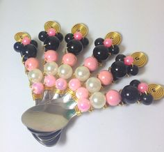 """6 Colheres (café) em inox """"bordada"""" com pérolas e miçangas no tema Minnie, fala se não é um charme esta lembrancinha?"""