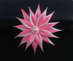 Pinza de pelo con flor de raso de color rosa y blanca. Adornada con un cabujón de acrílico pequeño. ¡Hermoso accesorio para una ocasión especial o todos los días! Atrás sentían estrecha ubicación universal 0, 4-0, 5cm (para bar, collar rígido o diadema final). Esta flor se entregará con