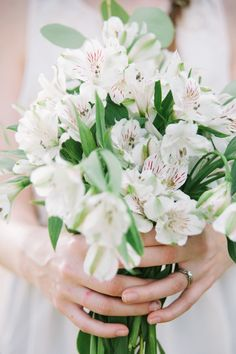 simple and white wedding bouquet #bouquet #wedding #weddingchicks http://www.weddingchicks.com/2014/01/28/natural-gold-wedding-ideas/