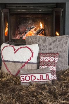 129 Juleputer - Køb billigt her Xmas Decorations, Winter Holidays, Knit Crochet, Christmas Crafts, Textiles, Pillows, Beige, Knitting, Crocheting