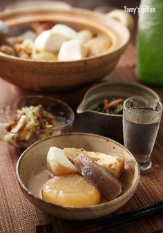 Oden, Japanese winter dish with daikon radish, konnyaku, fish paste cakes, etc., stewed in a light soy-flavoured dashi broth. おでん