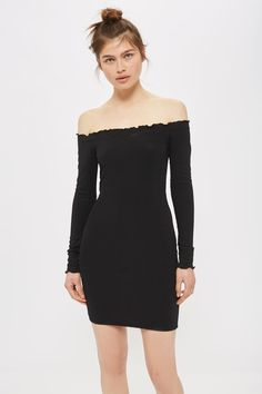 Opt for a figure-hugging style in this black bardot dress. With long sleeves, it comes with an off-the-shoulder neckline and bodycon silhouette.