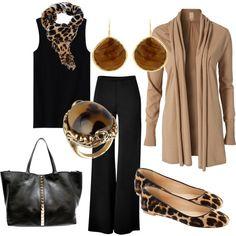 Conjunto de calça e regata pretos e manteau, com lenço leopardo ou sapatos. Acessórios completam o look.