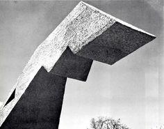 Escultura monolítica de Mathias Goeritz, Paseo Tollocan, Toluca, México 1964 - Monolithic sculpture by Mathias Goeritz, Toluca, Mexico 1964