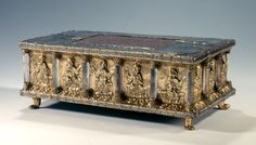 Portable altar with rock crystal columns from the Guelph Treasure 1 Third 12 century. Stylistic origin: Lower Saxony. © Foto: Kunstgewerbemuseum