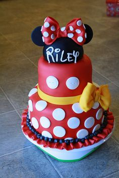 If you're planning a Minnie Mouse birthday party, check out the 10 Cutest Minnie Mouse Cakes. These Minnie Mouse cake designs will blow you away with their creativity. Find Minnie Mouse cakes with pink, red and even purple designs. Gateau Theme Mickey, Mickey Mouse Torte, Minni Mouse Cake, Minnie Mouse Birthday Cakes, Mickey Birthday, Bolo Fack, Bolo Mickey, Mickey And Minnie Cake, Cake Wrecks