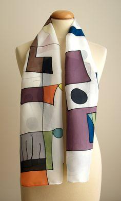 Mocador de #seda fet a partir d'una inspiració amb les obres de Miró, formes abstractes i geomètriques, jugant amb colors vius i la tonalitat blanca del mocador.