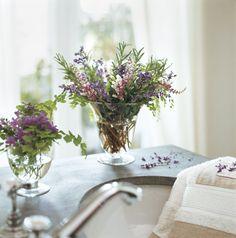 Remedios caseros  Un buen centro de flores dará olor y frescor a cualquier rincón de la casa. Éste está hecho con romero, salvia, campanula ...